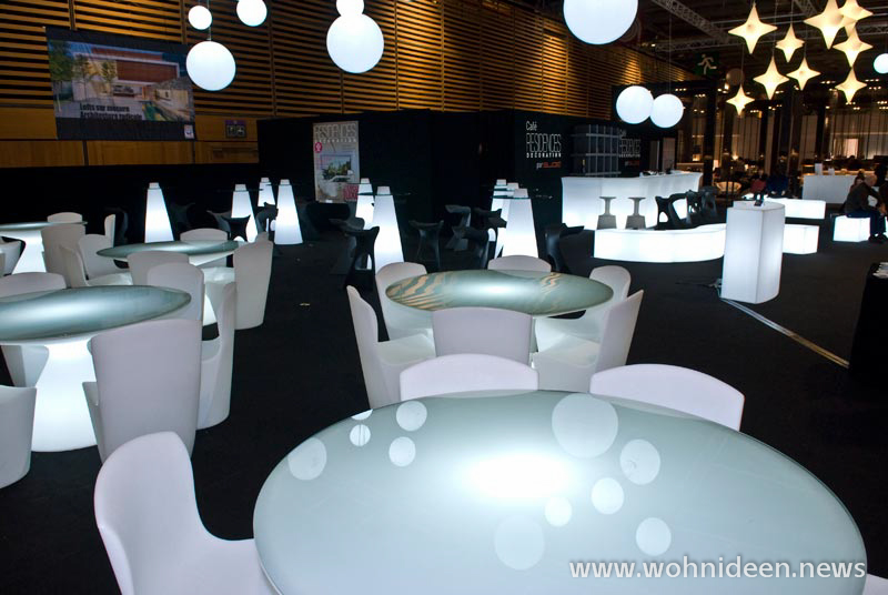 Die LED Möbel werden aus hochwertigem Kunststoff gefertigt und bestechen mit dezenter Transparenz - Loungemöbel Beleuchtet