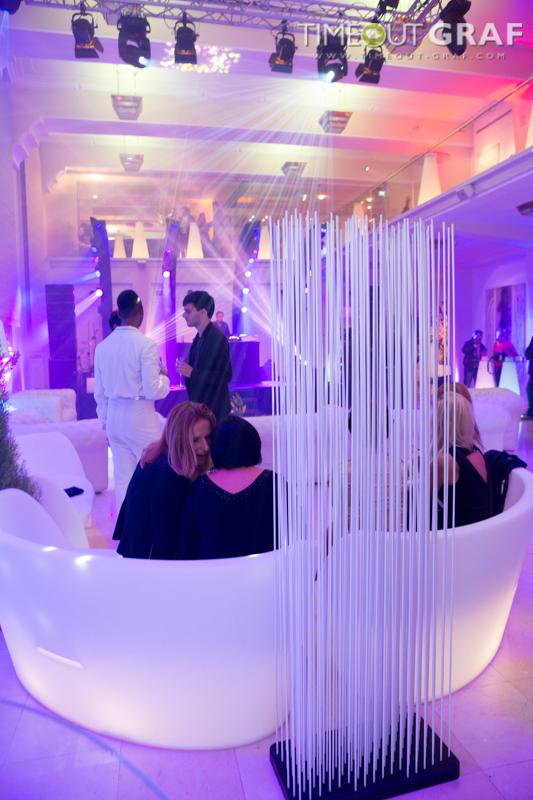 Loungemöbel mit mobiler Trennwand in weiss - Raumteiler