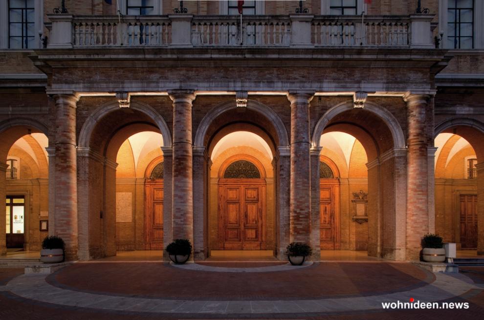 LED Fluter und LED Außenstrahler mit RGB Aussenbeleuchtung - Outdoor Fassadenbeleuchtung RGB - LED-Gebäudebeleuchtung