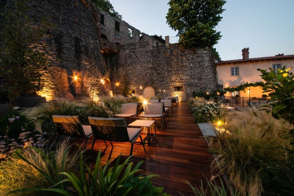 11 Fast Zebra lounge chair@Relais San Vigilio 3 1030x688 - Fast richtet die Terrasse und die Gärten des historischen Relais San Viglio in Bergamo ein
