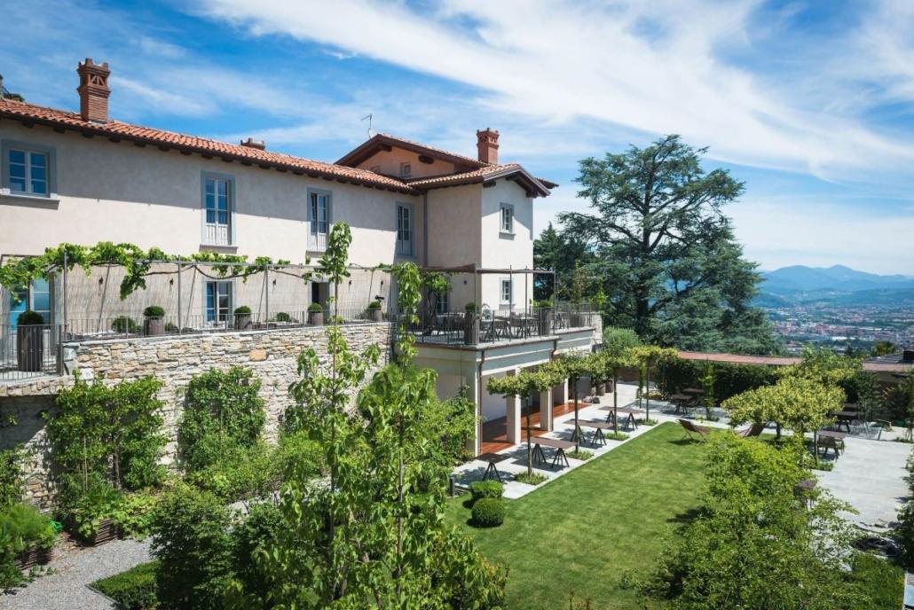 21 Fast Zebra chair and lounge chair@Relais San Vigilio 1 1030x688 - Fast richtet die Terrasse und die Gärten des historischen Relais San Viglio in Bergamo ein