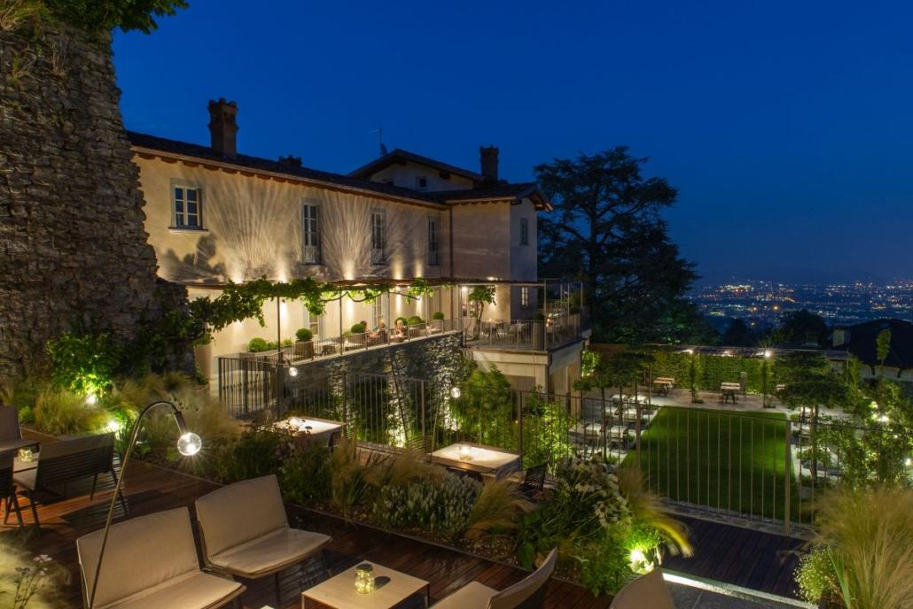 31 Fast Zebra chair and lounge chair@Relais San Vigilio 2 1030x688 - Fast richtet die Terrasse und die Gärten des historischen Relais San Viglio in Bergamo ein