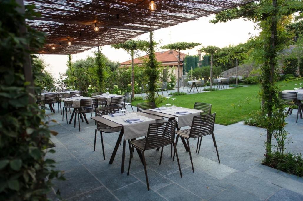 51 Fast Zebra chair@Relais San Vigilio 1 1030x685 - Fast richtet die Terrasse und die Gärten des historischen Relais San Viglio in Bergamo ein