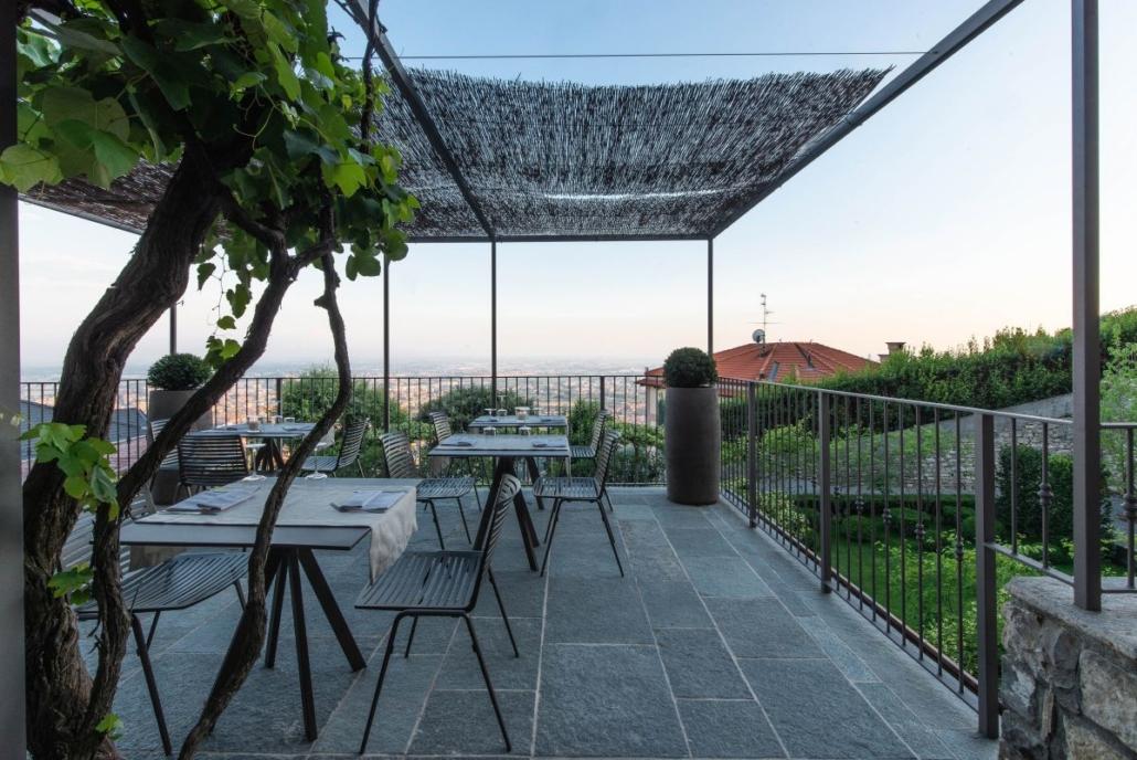 71 Fast Zebra chair@Relais San Vigilio 3 1030x688 - Fast richtet die Terrasse und die Gärten des historischen Relais San Viglio in Bergamo ein
