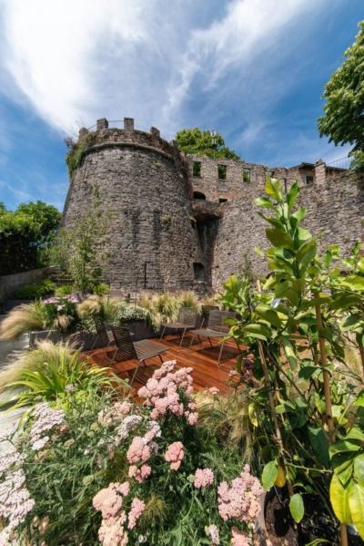 91 Fast Zebra lounge chair@Relais San Vigilio 1 - Fast richtet die Terrasse und die Gärten des historischen Relais San Viglio in Bergamo ein