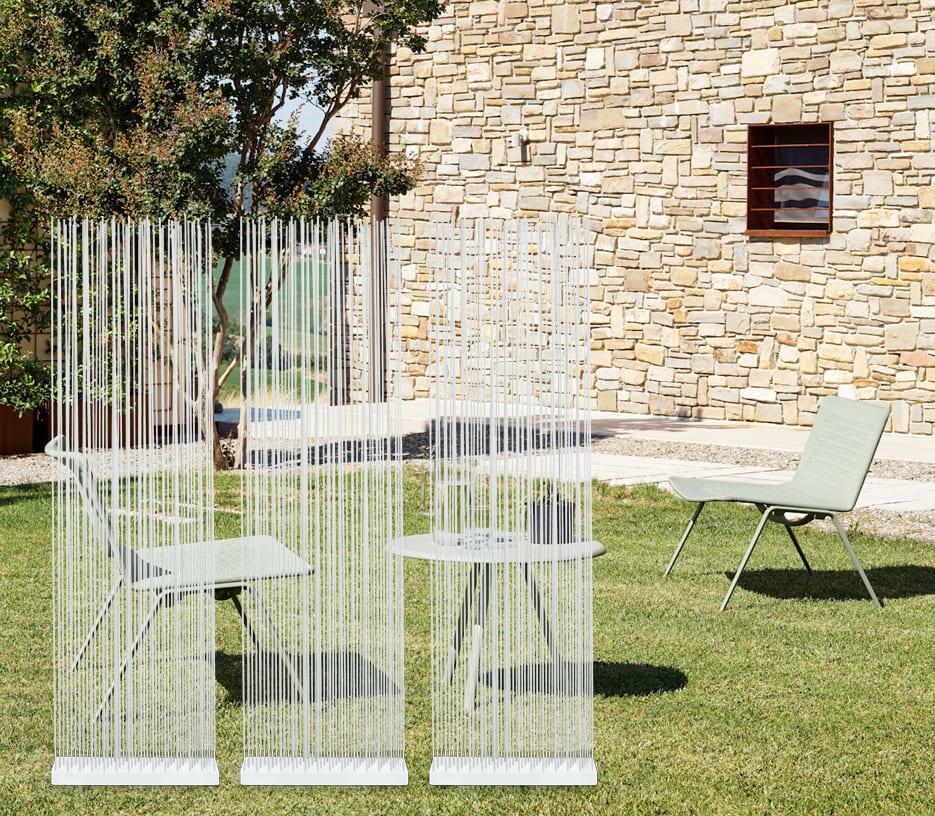 Weißer Sichtschutz für den Garten mit Tisch und Stühle - Sichtschutz für den Garten und für die Terrasse