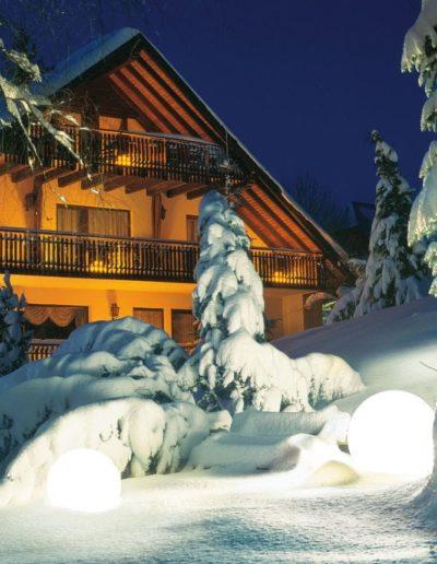 Leuchtkugel Weiss fuer den schnee Outdoor 400x516 - Kugelleuchten Garten