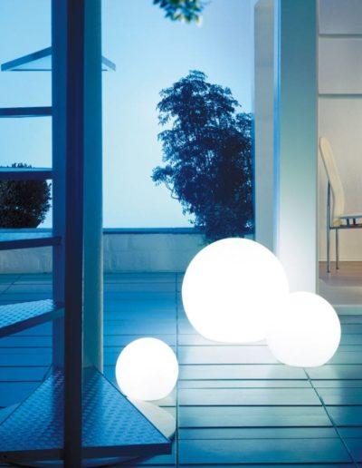 beleuchtung terrasse ideen kugeln weiss licht 400x516 - Kugelleuchten Garten
