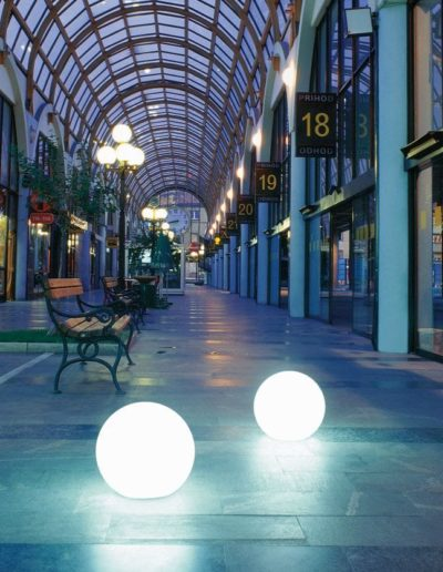 einkaufszentrum beleuchtung moderne kugeln 400x516 - Kugelleuchten Garten