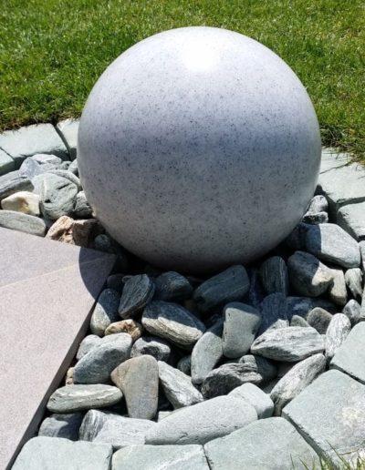 grosse granitkugel mit beleuchtung 400x516 - Kugelleuchten Garten