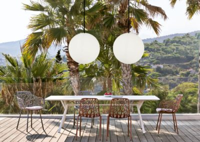 pendelleuchten terrasse weisse kugeln outdoor gross 1 400x284 - Leuchtkugeln