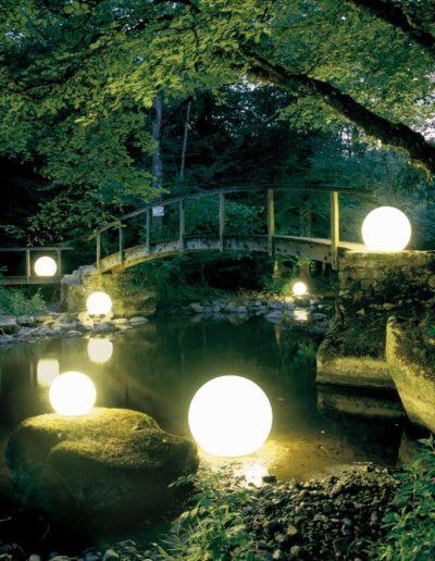 weisse gartenkugeln beleuchtet biotopbeleuchtung 400x516 - Kugelleuchten Garten