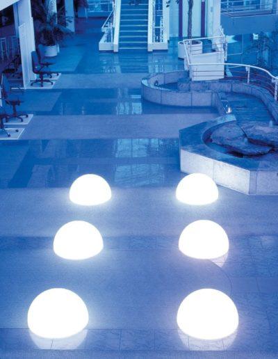 weisse halbkugeln beleuchtet bodenkugeln 400x516 - Kugelleuchten Garten